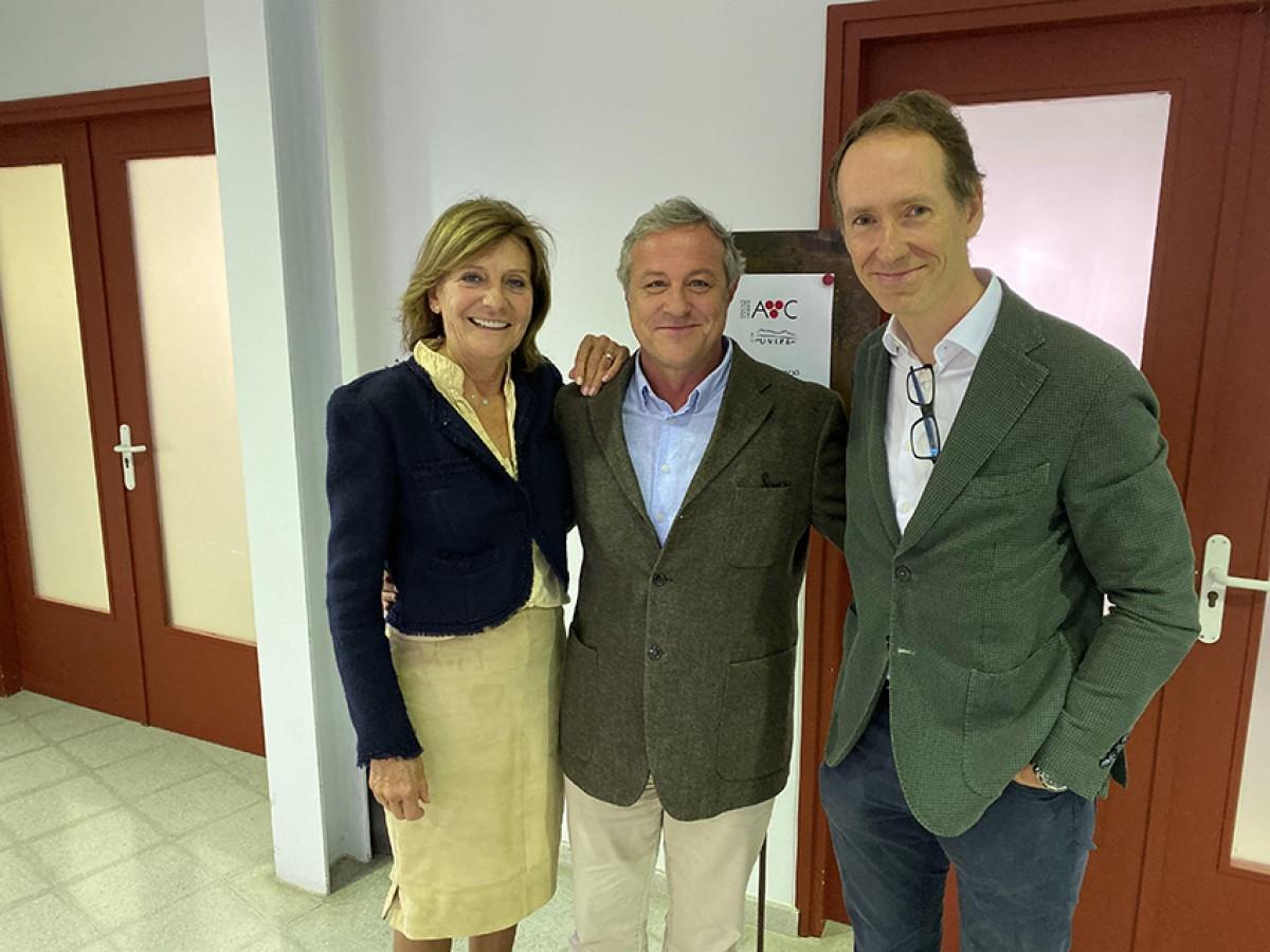 Maria Rosa Giró, presidenta de les caves Giró Ribot, el president sortint d'Uvipe, Joan Huguet, i el nou president, Miquel Torres