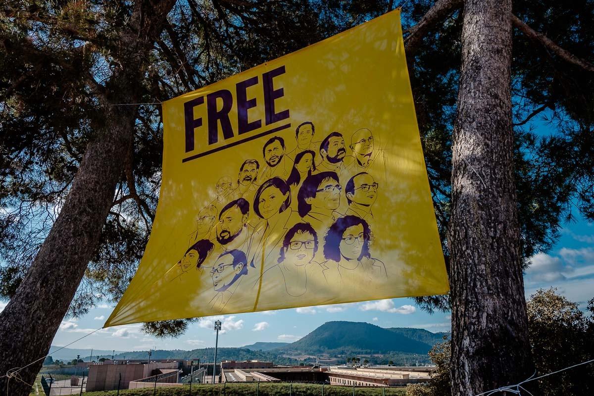 Una pancarta de suport als presos a tocar de la presó de Lledoners