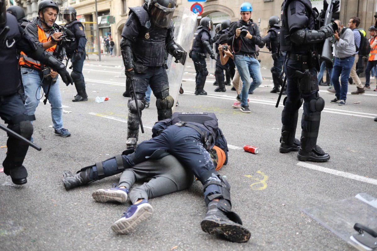 La policia espanyola va detenir i arrossegar el menor a la Via Laietana