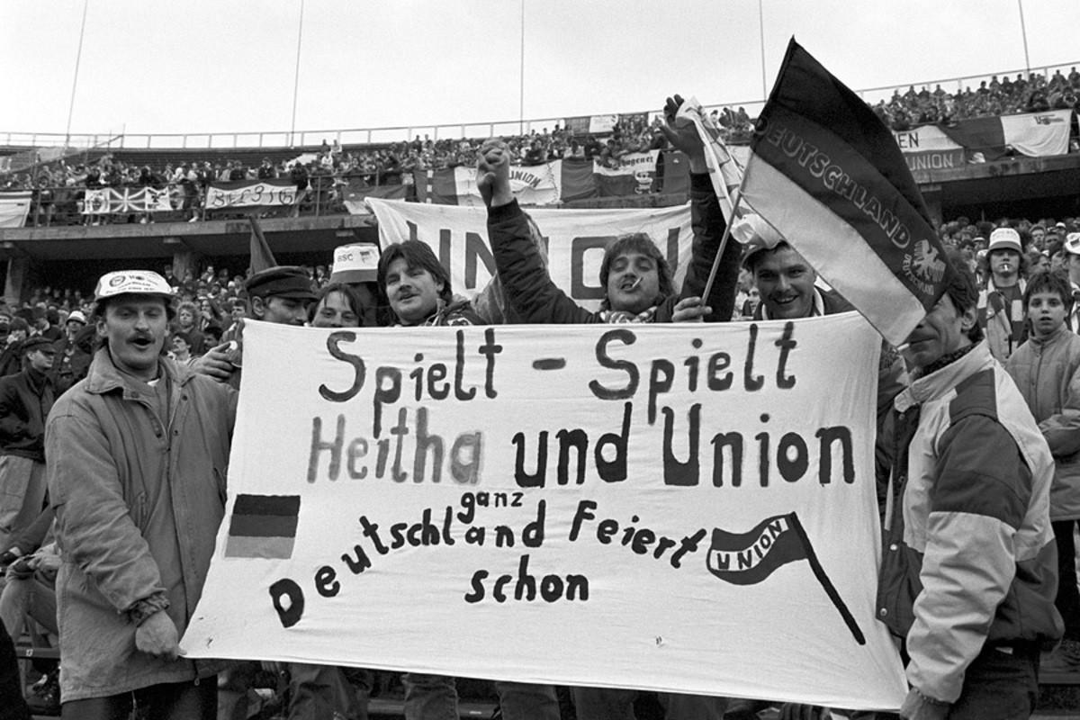 Seguidors de l'Union exhibeixen una pancarta de germanor amb l'Hertha durant el partit disputat de l'11 de novembre de 1989 en que nombrosos afeccionats del club de l'Est van animar al principal equip del Berlín Occidental dos dies després de la caiguda del mur