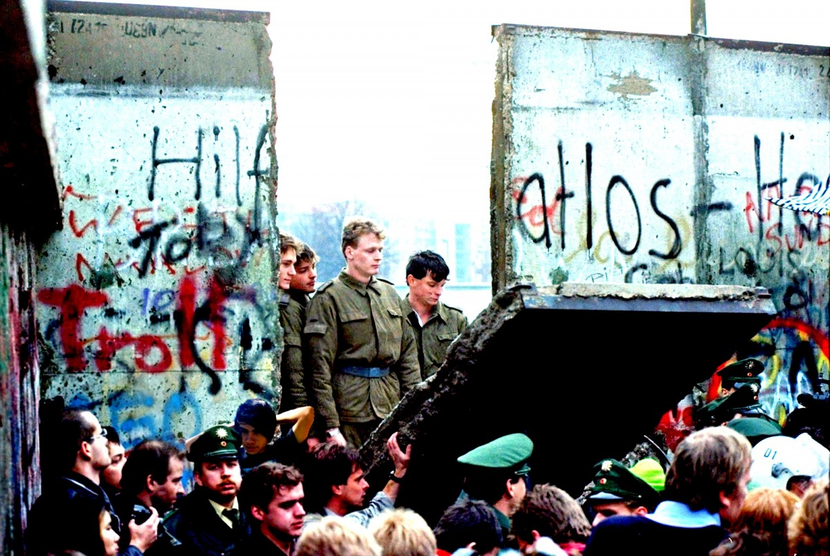 Soldats de la RDA observen la caiguda d'una part del mur.