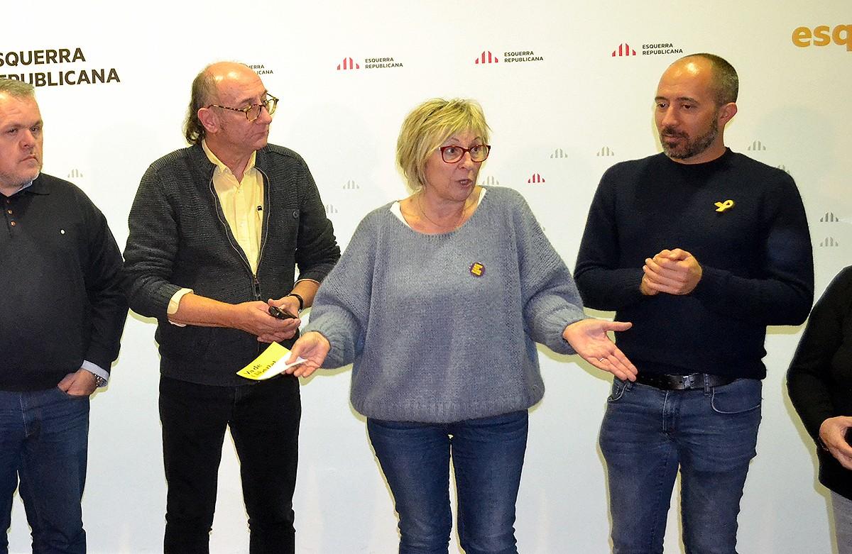 Mirella Cortès dirigint-se als militants d'ERC, aquest diumenge al vespre a Manresa