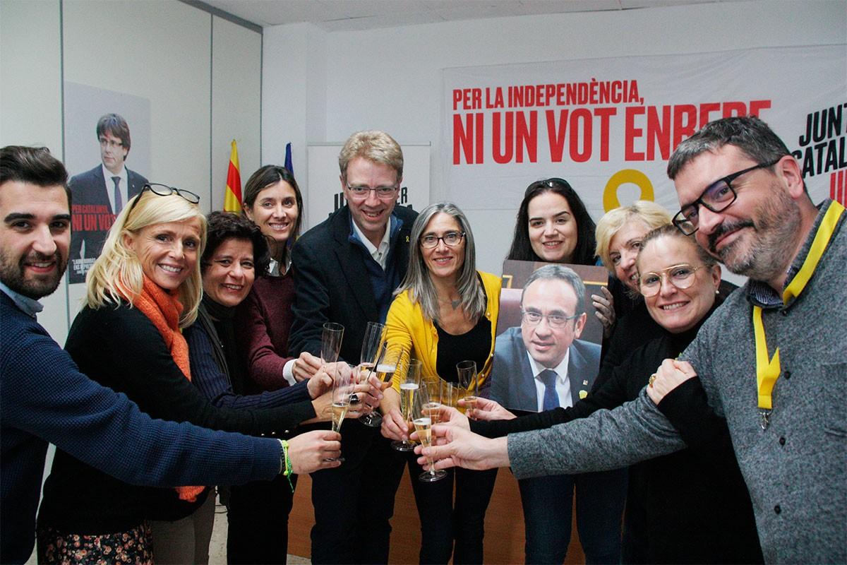 La candidatura de JxCat a Tarragona i l'Ebre, brindant pels resultats