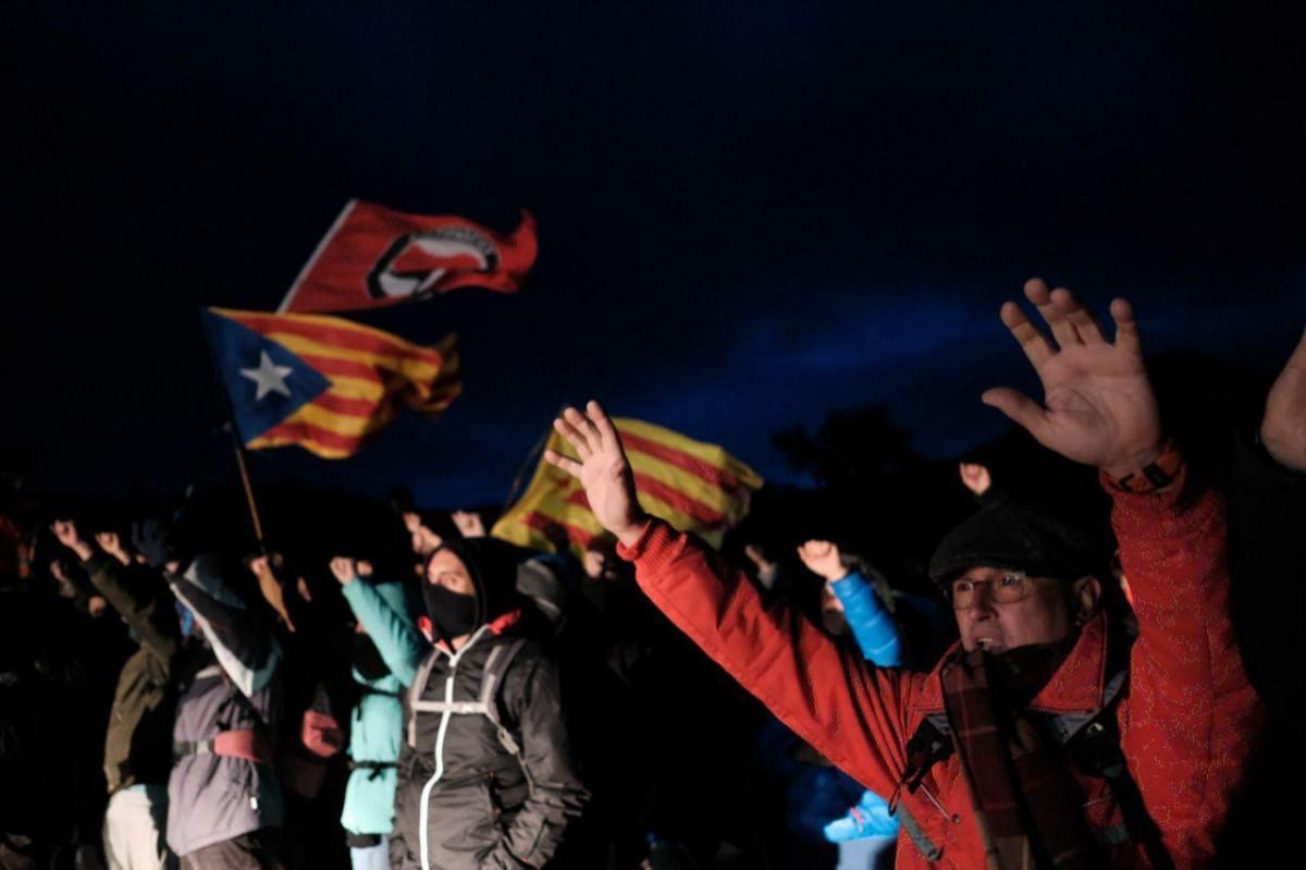 Centenars de persones tallen la frontera amb França a la Jonquera