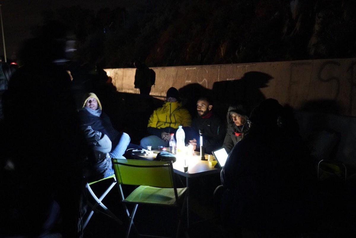 Un grup de manifestants, sopant en la primera nit de tall a la frontera.