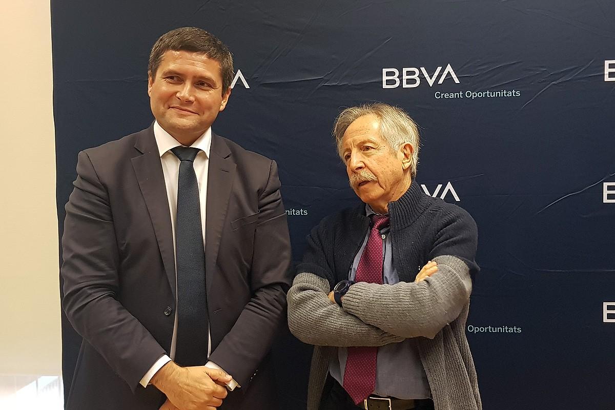 Carles Caballero i Josep Oliver després de la presentació de l'Anuari Econòmic Comarcal BBVA