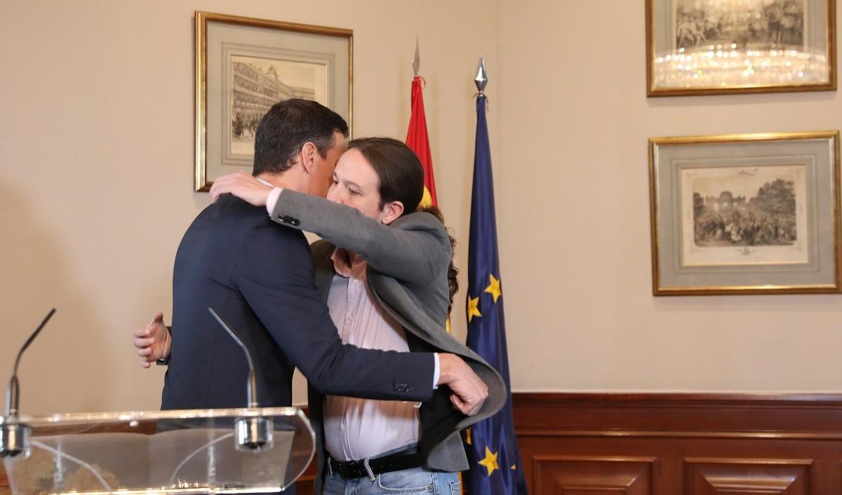 Pedro Sánchez i Pablo Iglesias, abraçant-se després de presentar el preacord de coalició