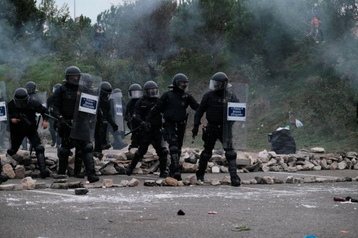 Els Mossos desallotjant el tall de l'AP-7
