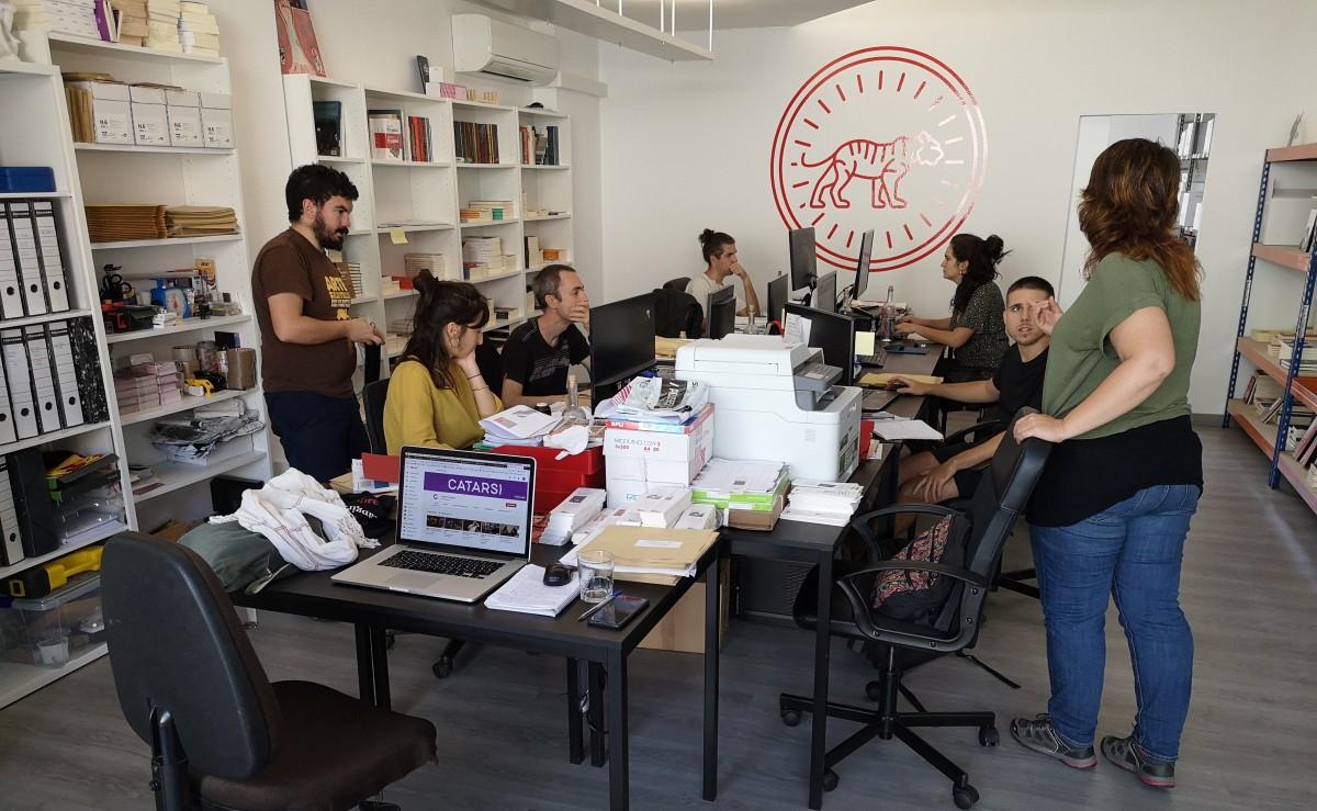 Imatge dels treballadors i treballadores de la cooperativa Cultura21, a l'oficina