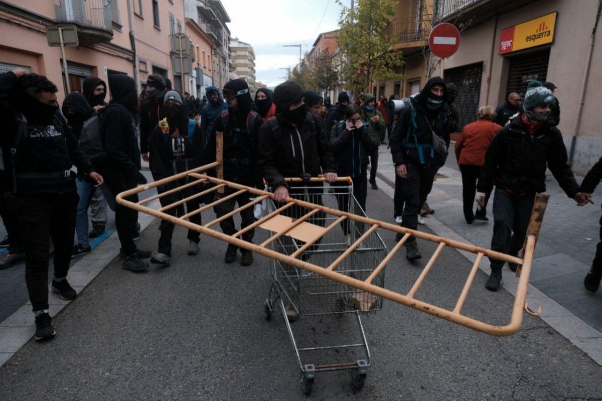 Diversos manifestants a l'interior del municipi de Salt