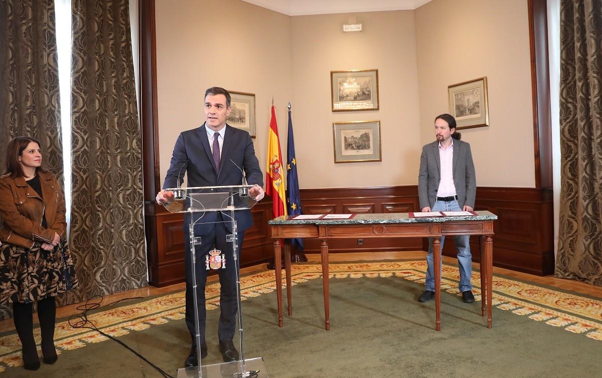 Pedro Sánchez, Pablo Iglesias i Adriana Lastra, durant la presentació del preacord de govern