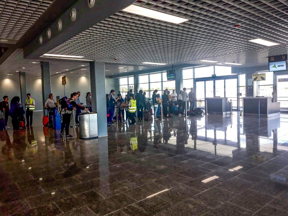 Passatgers a la nova zona d'embarcament de l'Aeroport de Reus
