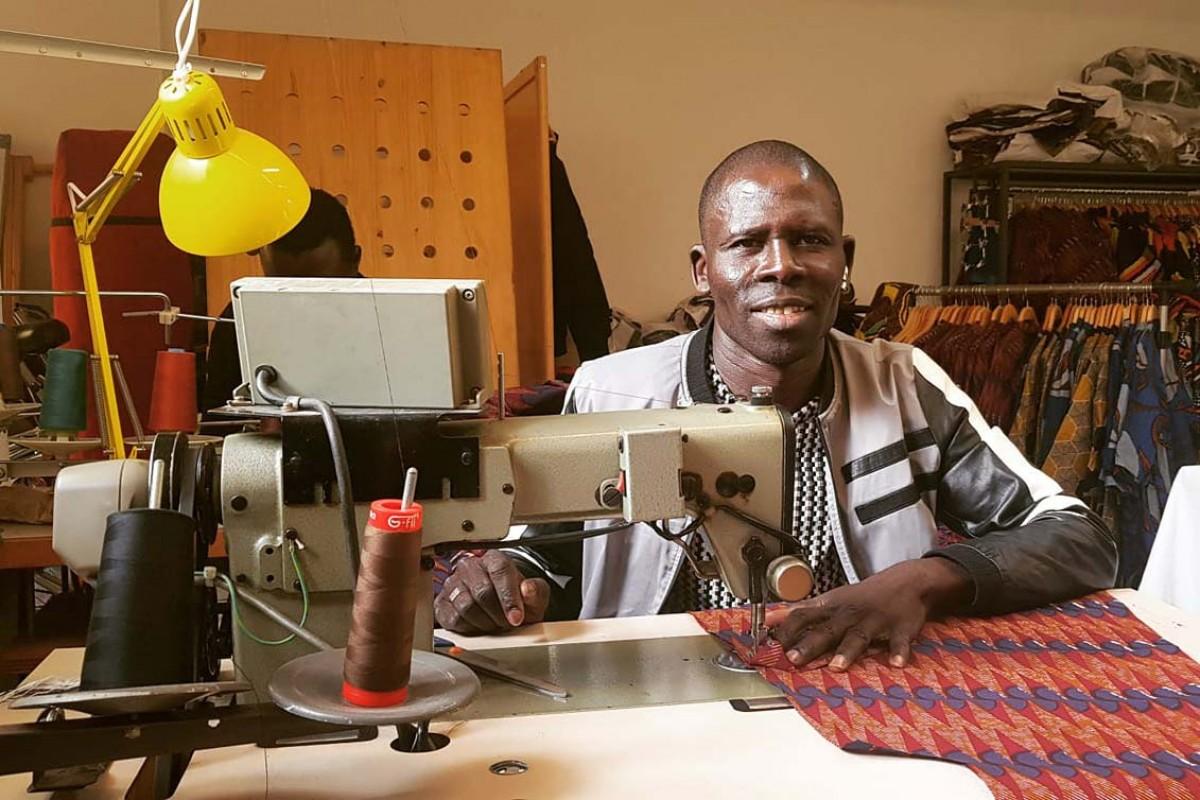 En Maseck, costurer del taller de confecció de Diambaar, marca de roba de la cooperativa Diomcoop