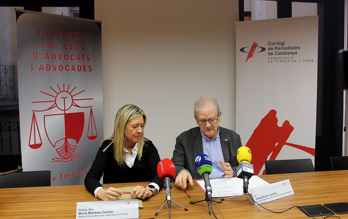 La degana del Col·legi d'advocats i advocades a Tortosa, Marta Martínez,  i el president de la Demarcació Terres de l'Ebre del CPC, Josep Baubí