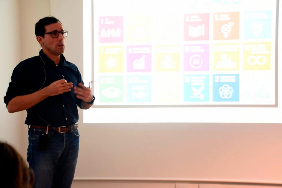 Antonio Osorio durant la seua intervenció a la Trobada d'Economia del campus ebrenc.