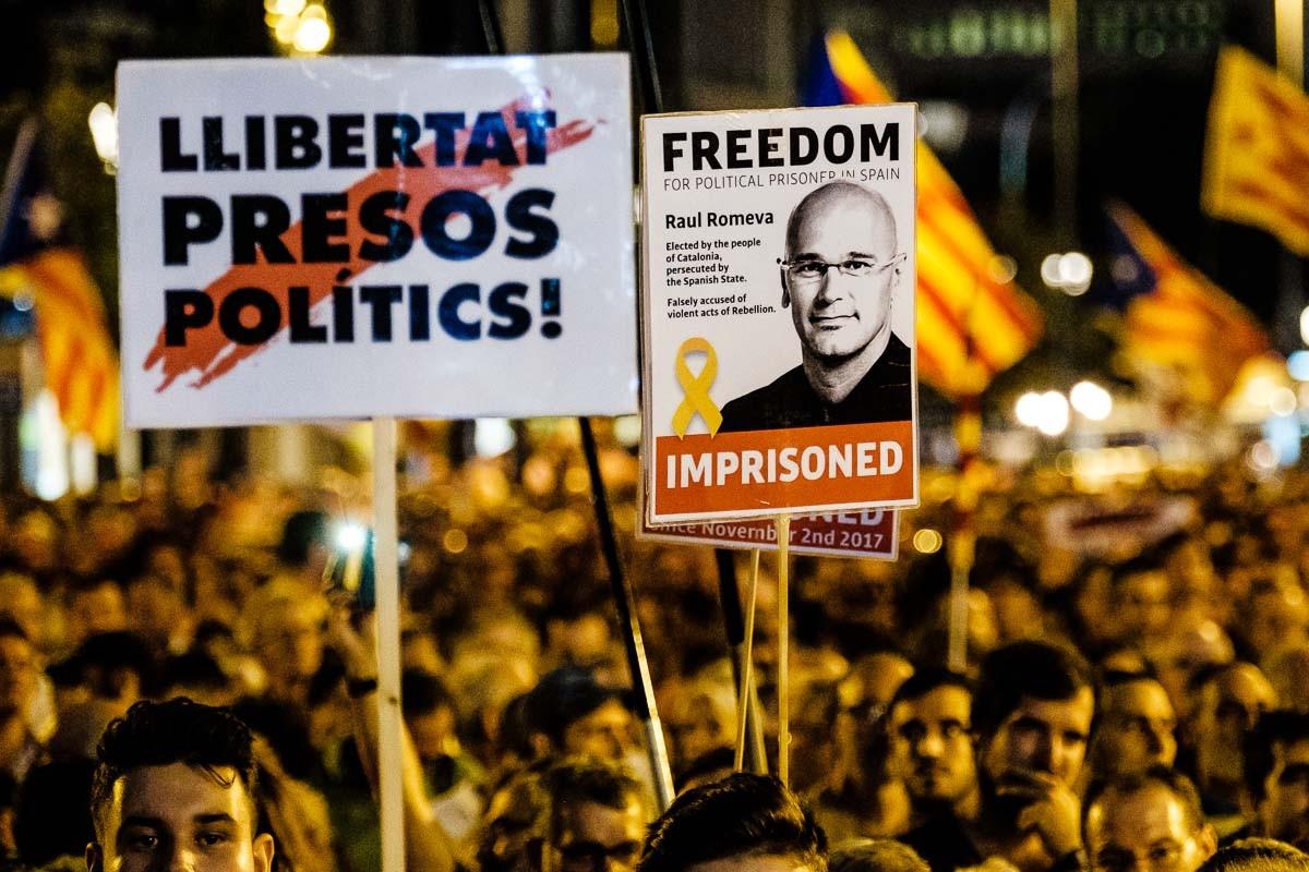 Un cartell amb la imatge de Raül Romeva durant una concentració independentista, a Barcelona