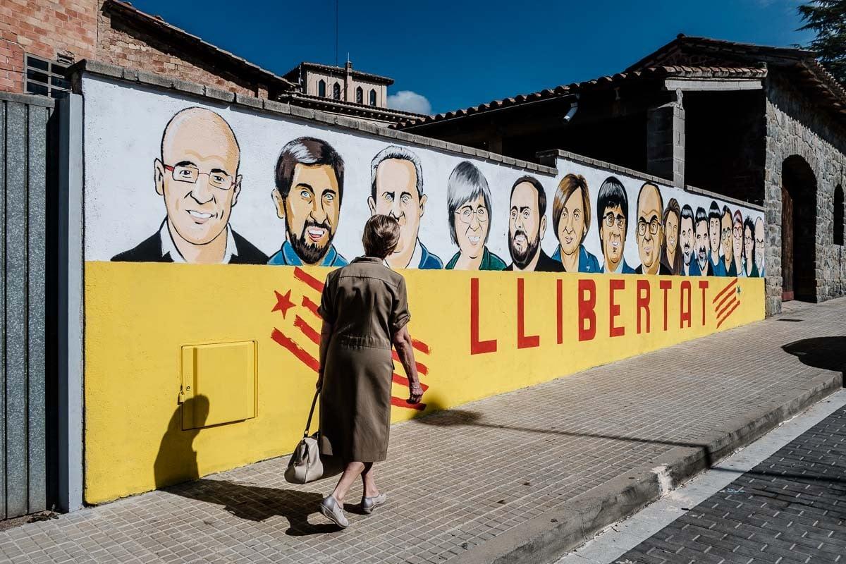 Els rostres dels dirigents independentistes presos i exiliats en un mur a Folgueroles