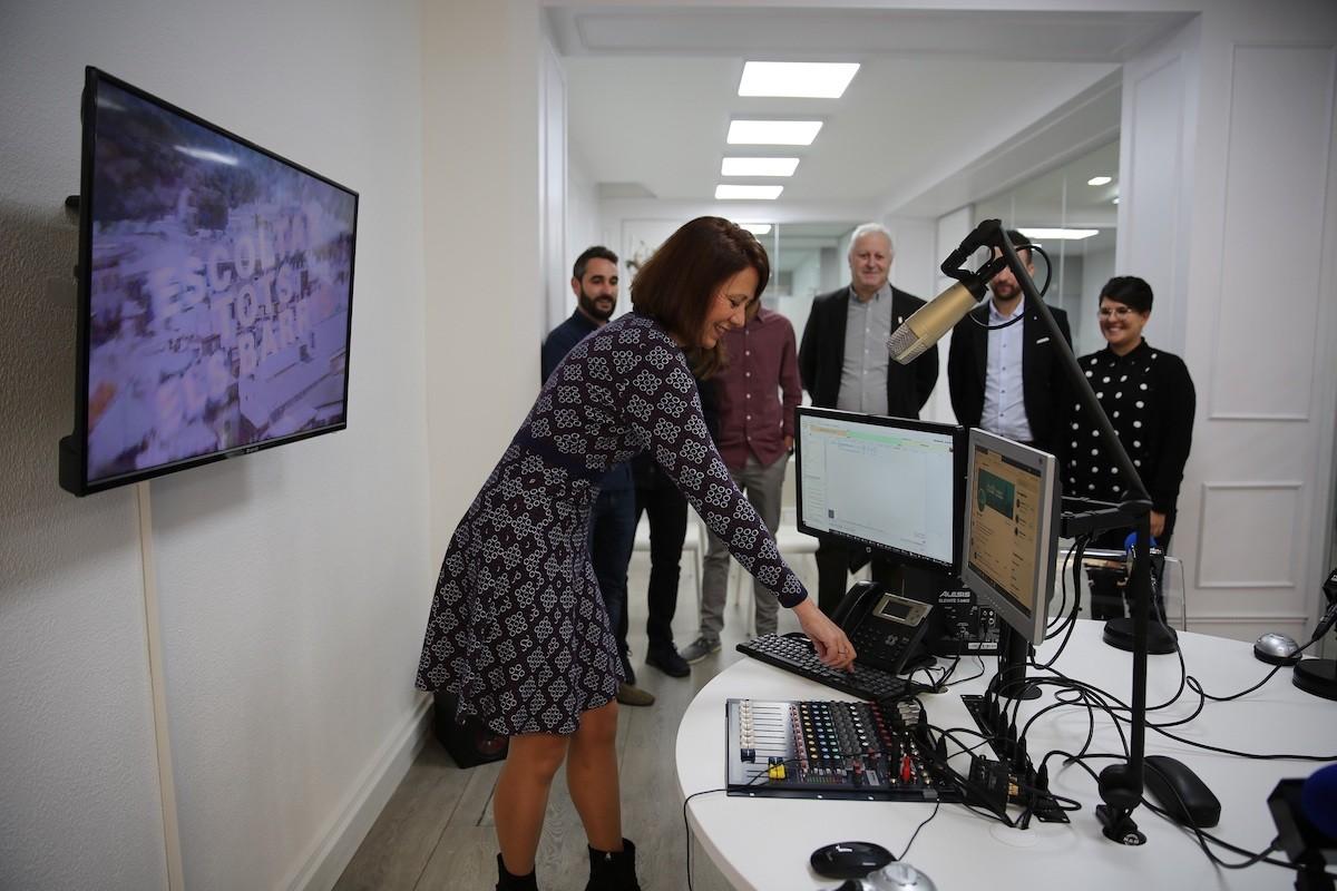 Marta Madrenas en el moment d'iniciar les emissiones de Girona FM el novembre de 2019.