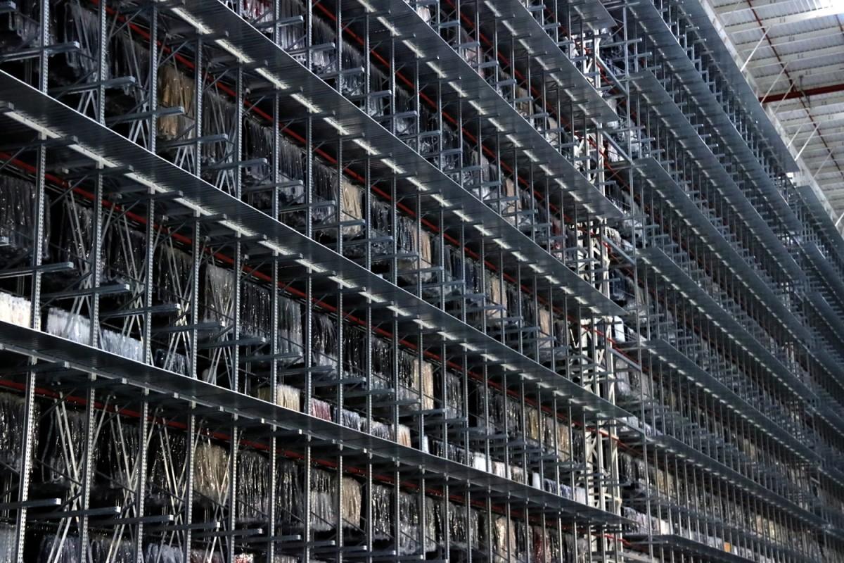Pla general del magatzem de roba penjada que hi ha al centre logístic de Mango, a Lliçà d'Amunt