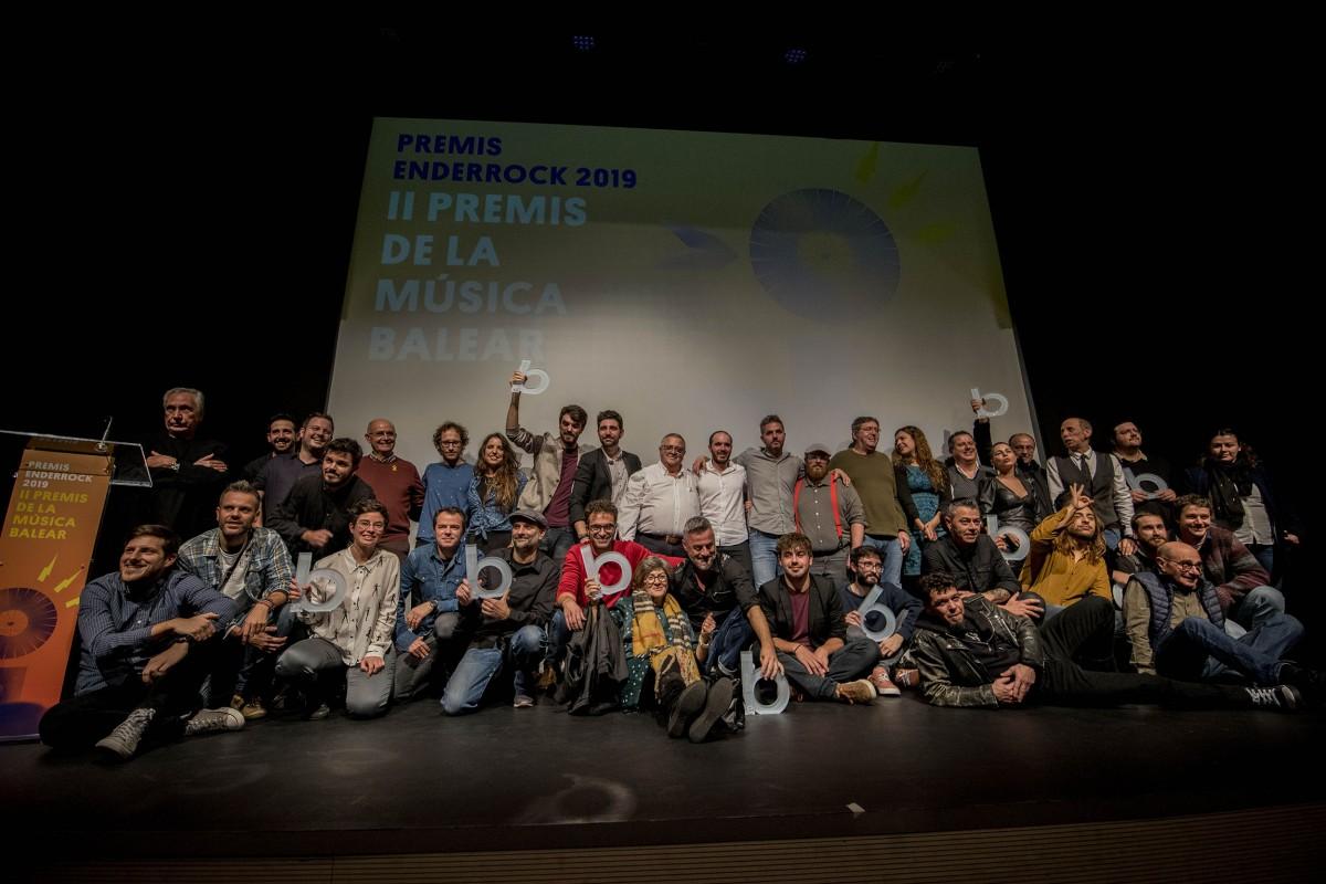 Foto de família dels II Premis Enderrock de la Música Balear