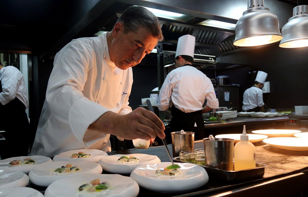El xef gironí Jordi Roca emplatant al restaurant El Celler de Can Roca