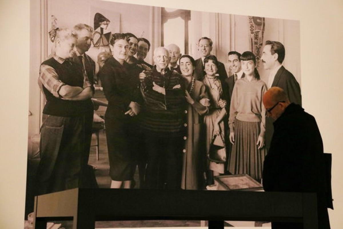 Fotografia exposada al Museu Picasso en què apareix Picasso i el matrimoni Gustau Gili-Anna Maria Torra