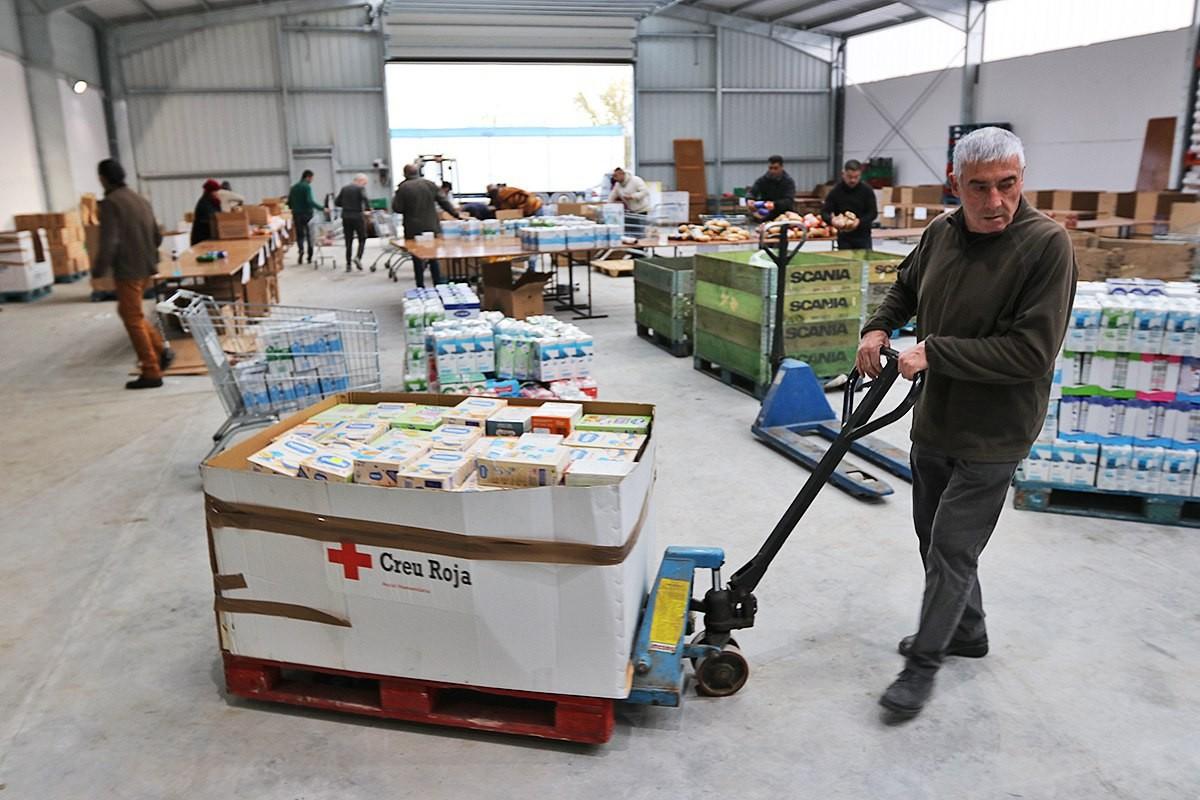 La nau on arriben els aliments del Gran Recapte recollits a Vic