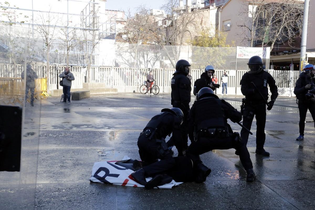 Els Mossos s'emporten una manifestant antifeixista a Girona per identificar-la, el 6 de desembre del 2019 Els Mossos s'emporten una manifestant antifeixista a Girona per identificar-la, el 6 de desembre del 2019
