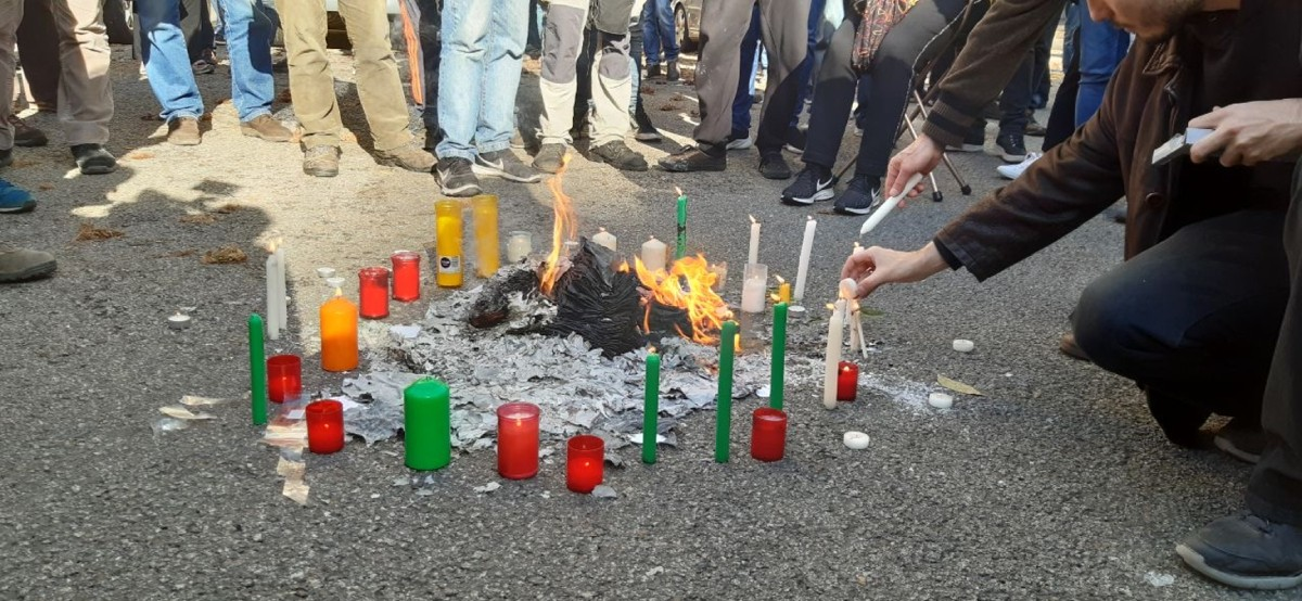 Cendres d'exemplars de fotocòpies de la Constitució cremades.