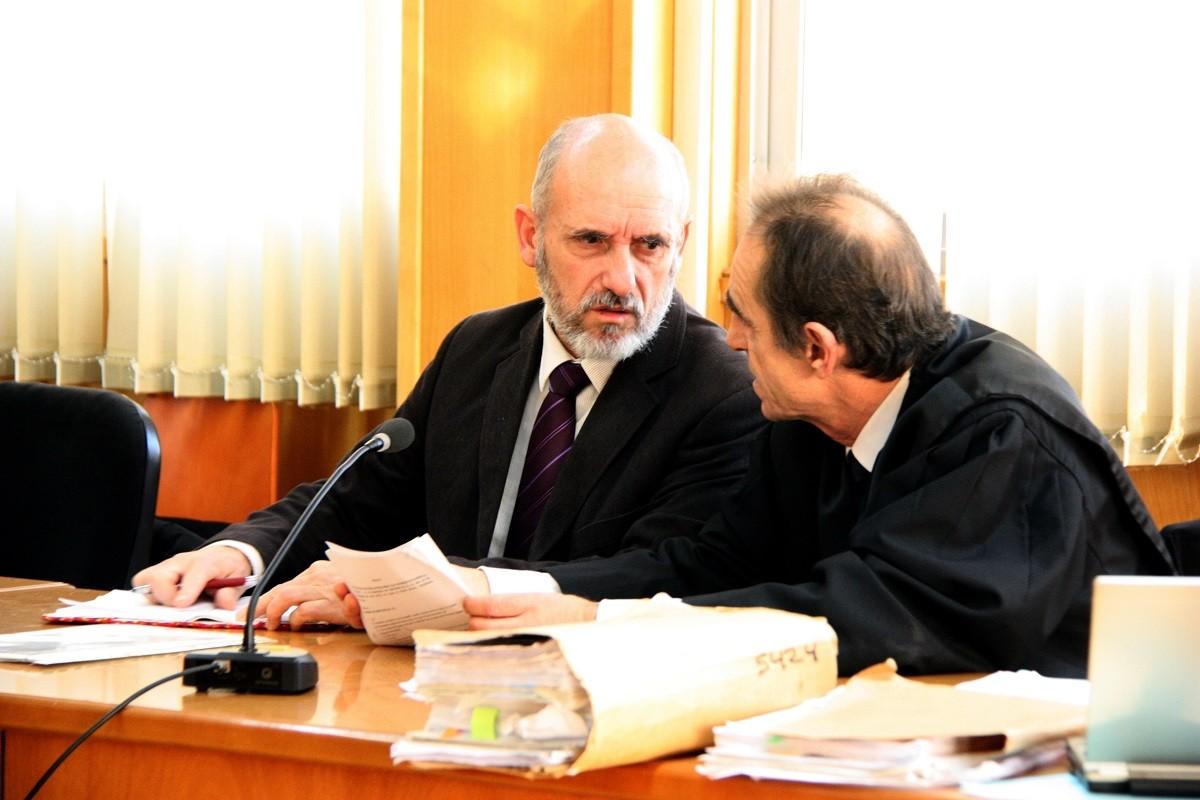 L'intendent Jaume Morón conversant amb el seu advocat abans de començar el judici a l'Audiència de Tarragona
