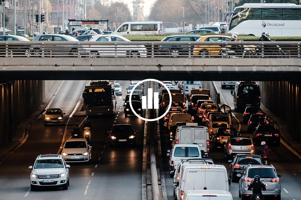 Vehicles circulant per la Gran Via de Barcelona.