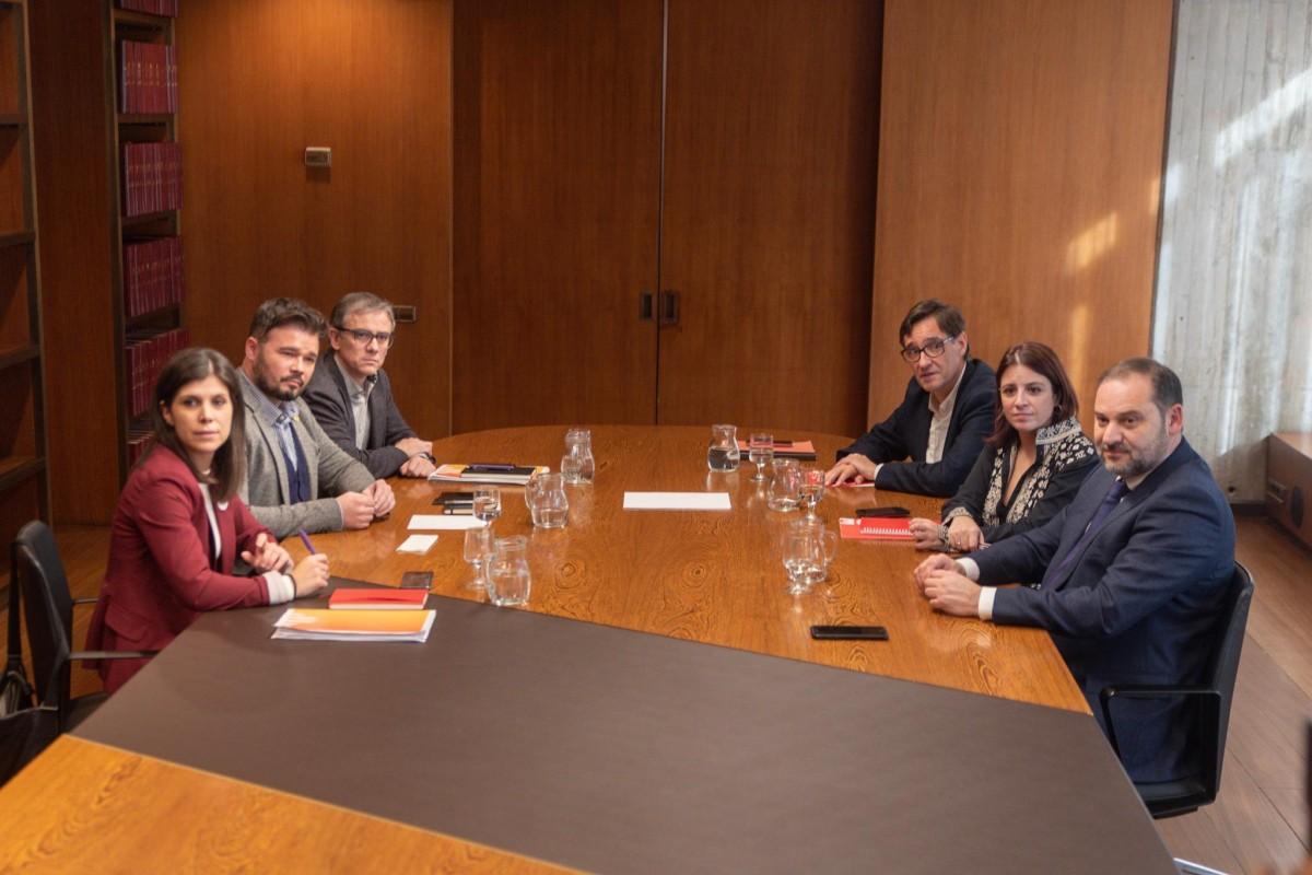 Els equips negociadors del PSOE i ERC reunits aquest dimarts a l'AMB