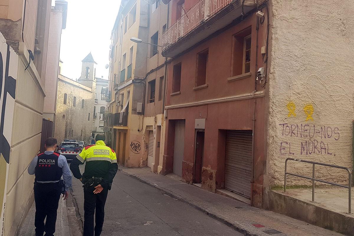 Agents dels Mossos d'Esquadra aquest dimecres davant de l'immoble on es va produir la violació