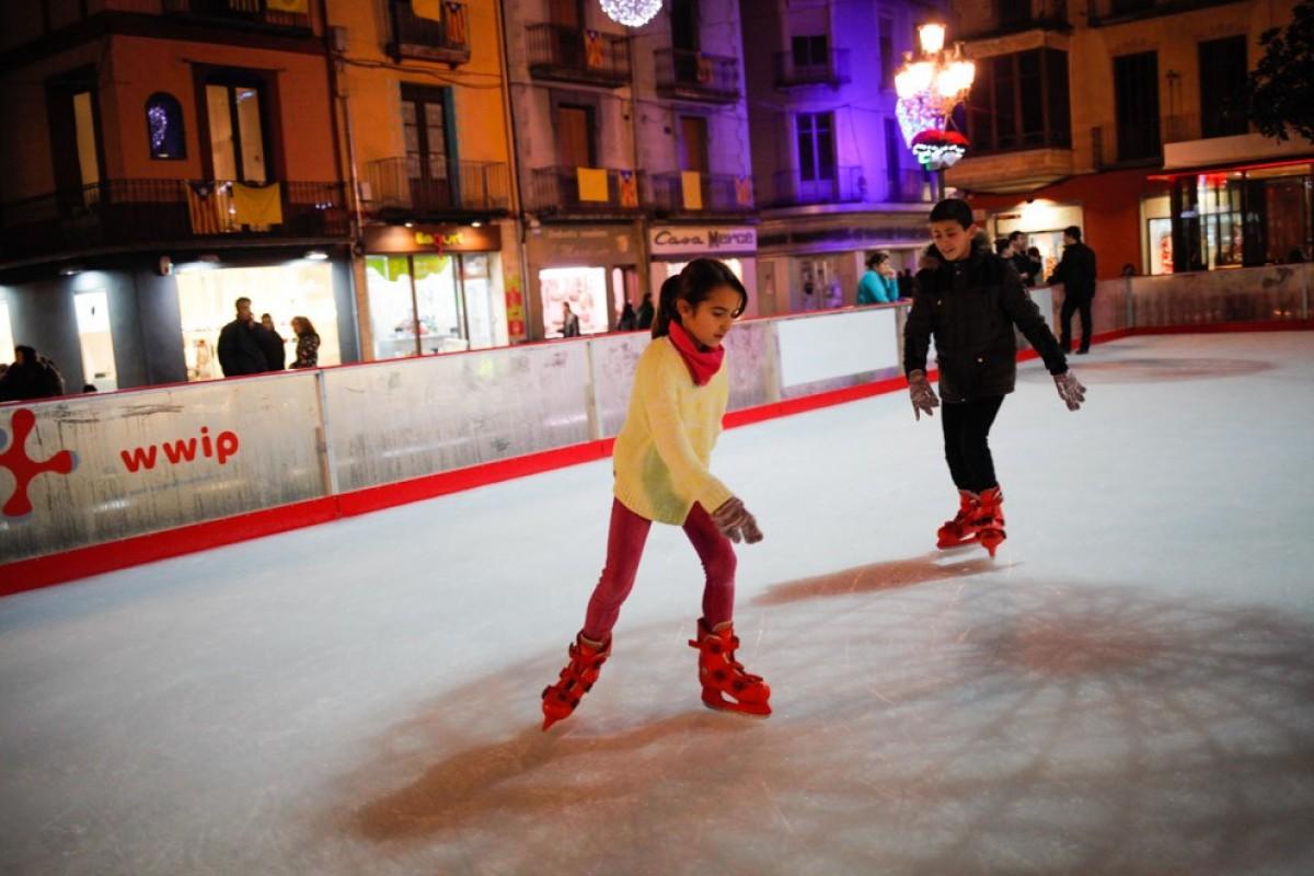 La pista de gel s'instal·la un any més a la plaça Major.