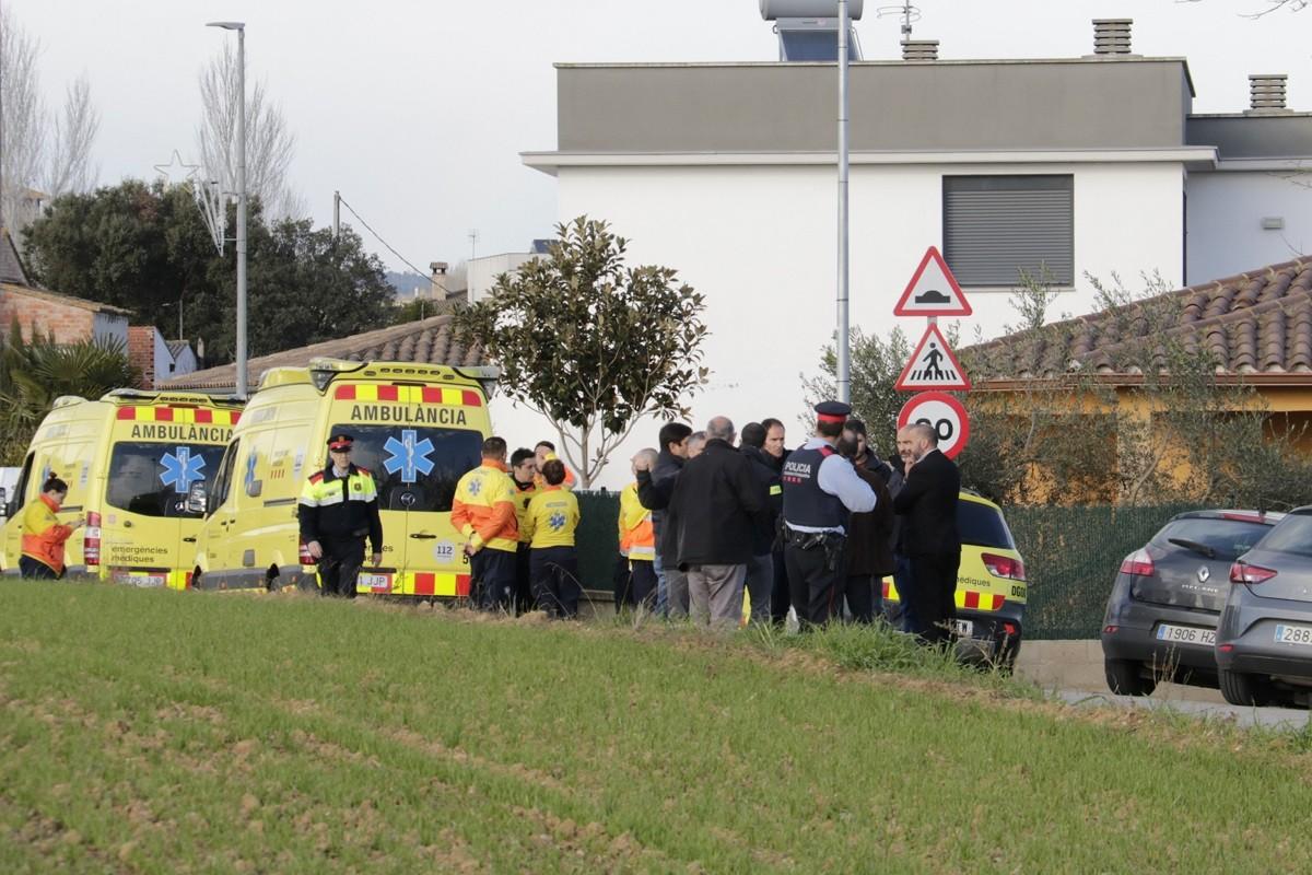 La comitiva judicial, Mossos i SEM a davant la casa on han trobat les dues nenes mortes.