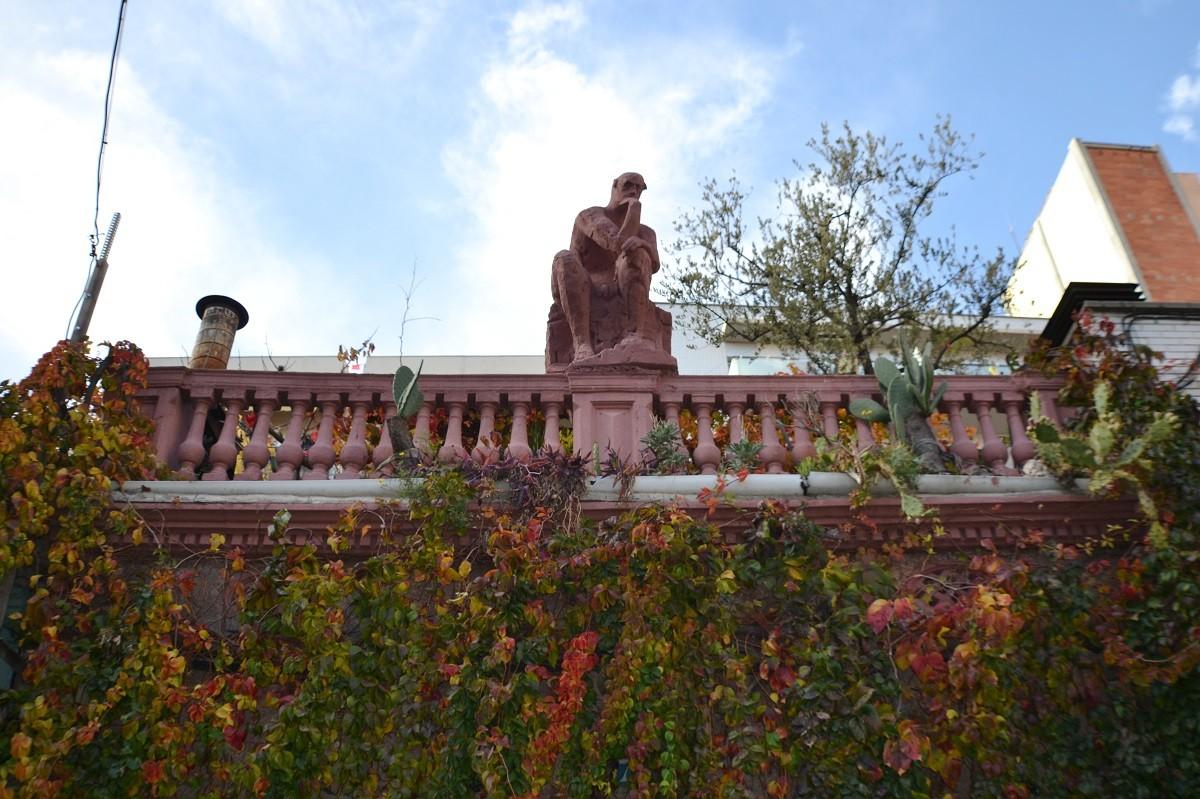 L'estàtua, des del carrer.