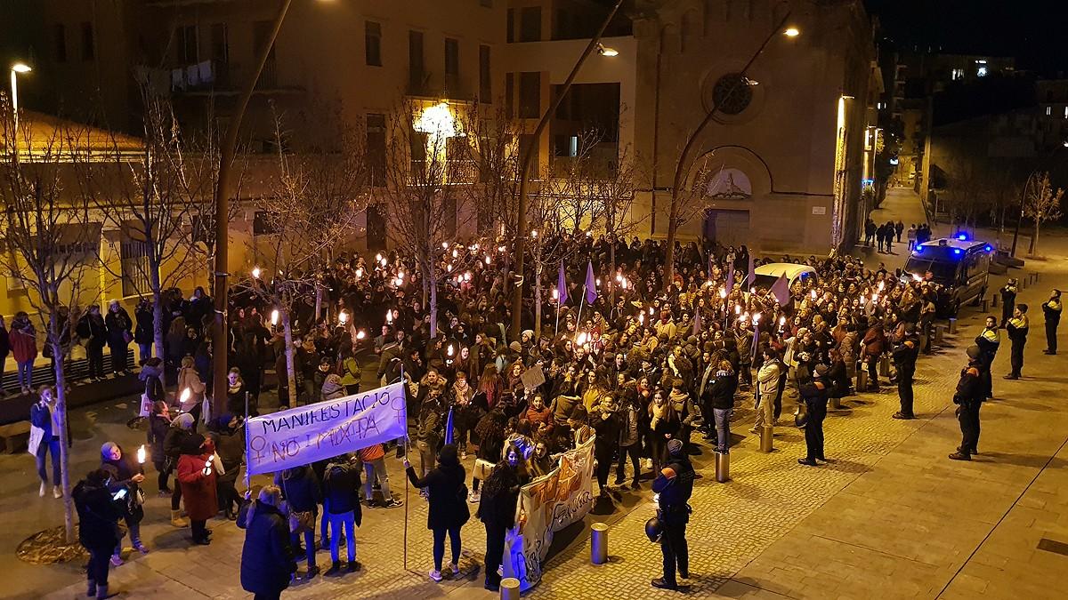 La manifestació no mixta arribant als jutjats de Manresa