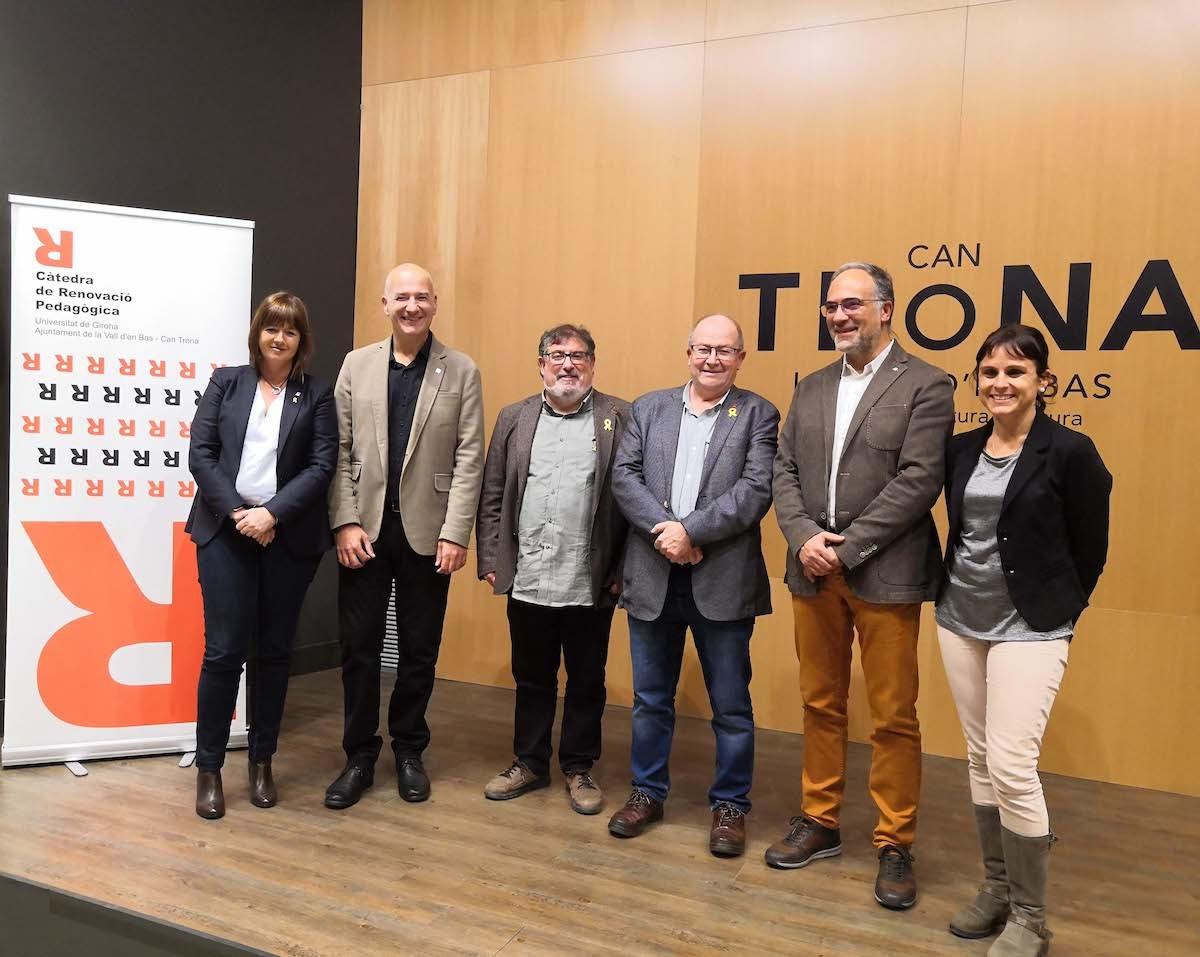 Foto de família dels promotors de la Càtedra de Renovació i Innovació Pedagògica a Can Trona.