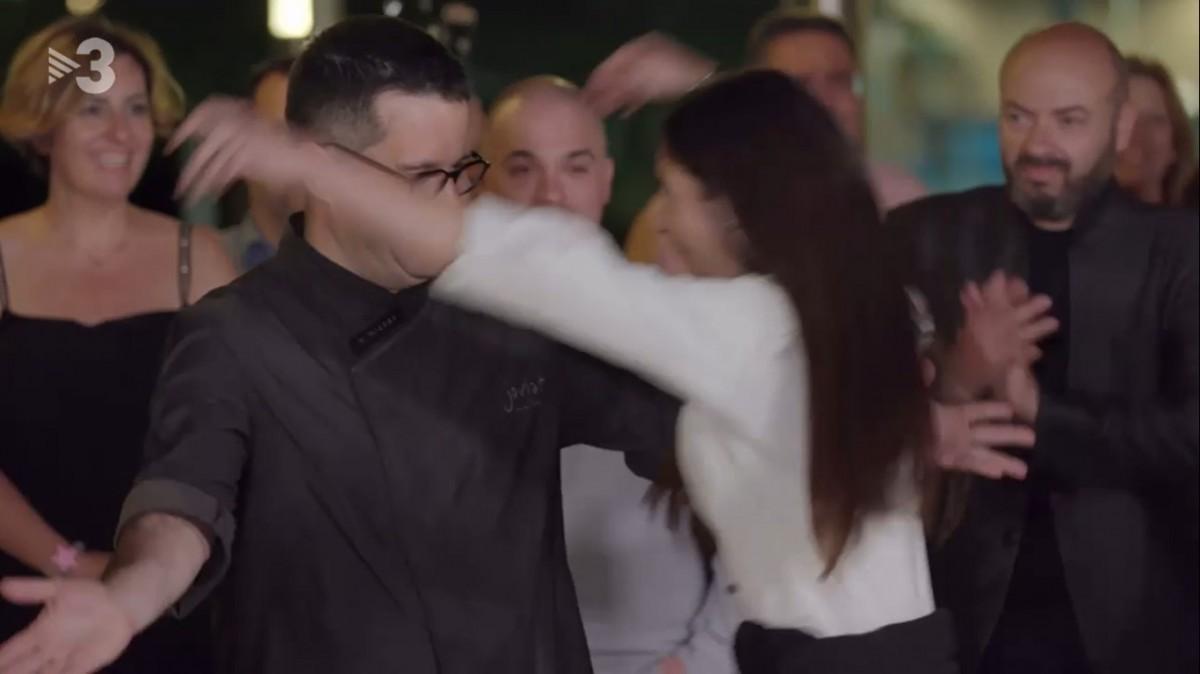 Xènia Llobet i Marc Morral, de la Joviat, s'abracen després de saber-se guanyadors