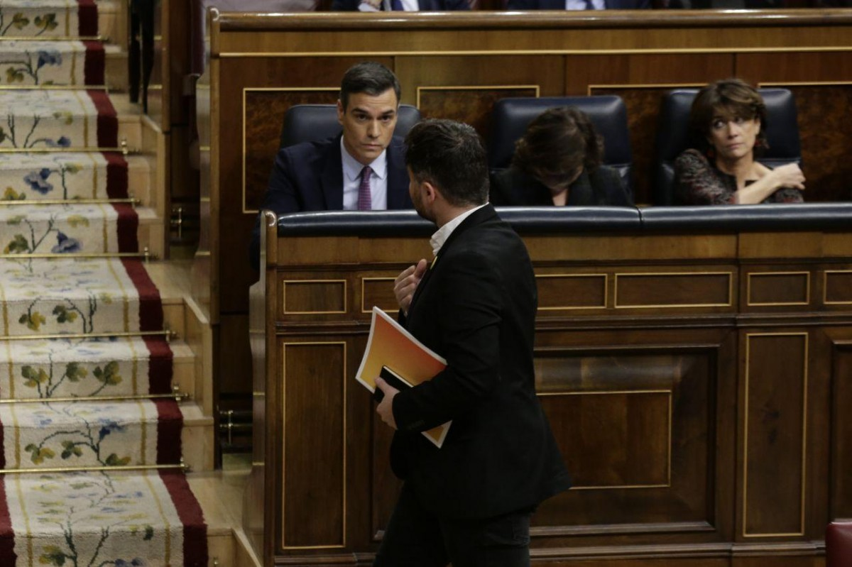 Pedro Sánchez, observant Gabriel Rufián en una imatge d'arxiu al Congrés
