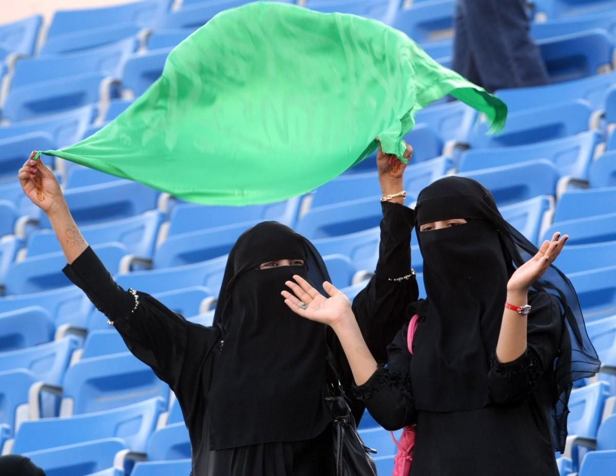 Dues dones saudites a les graderies d'un estadi on, fins el 2018, tenien prohibida l'entrada