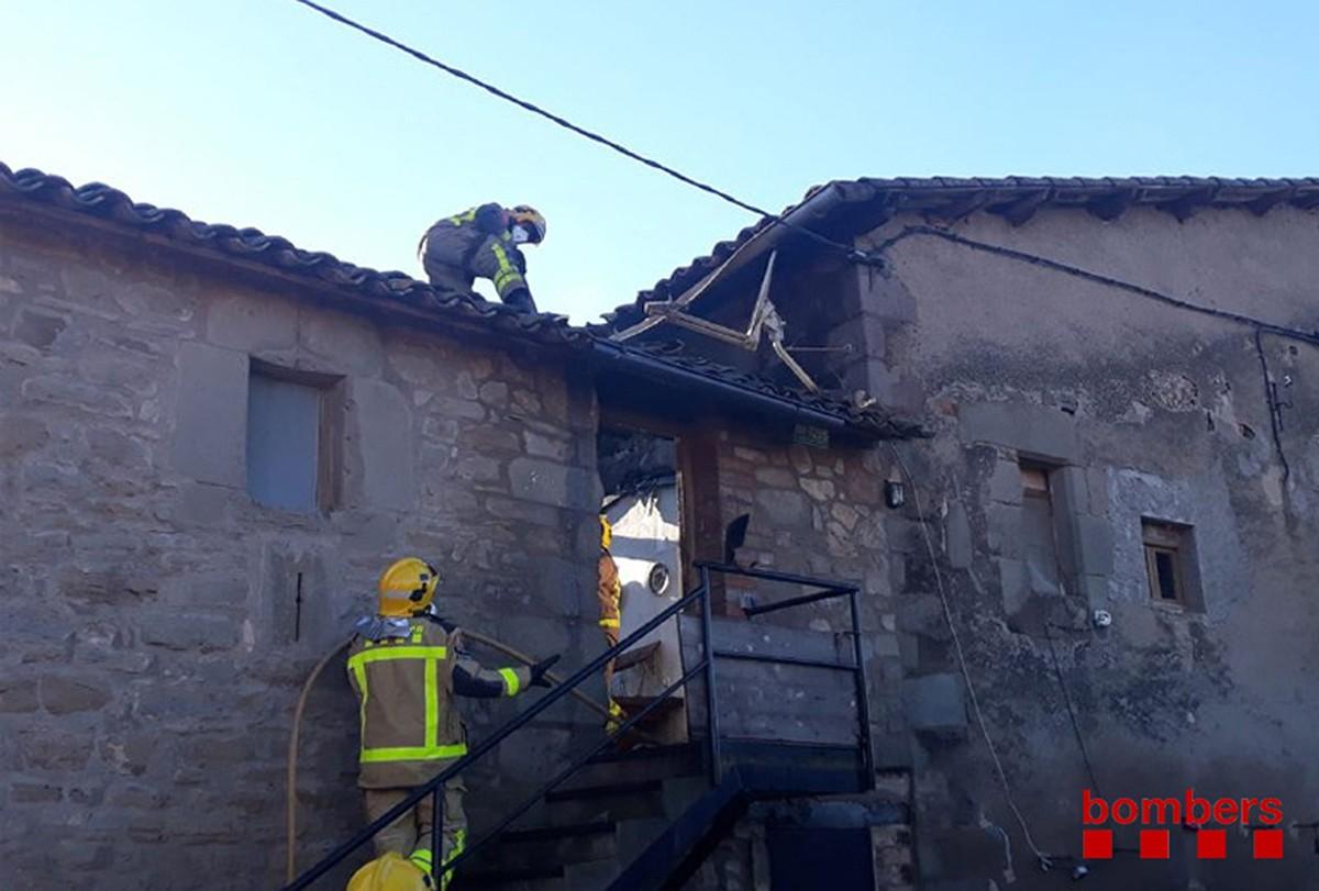 Bombers apagantl'incendi al Lluçanès.