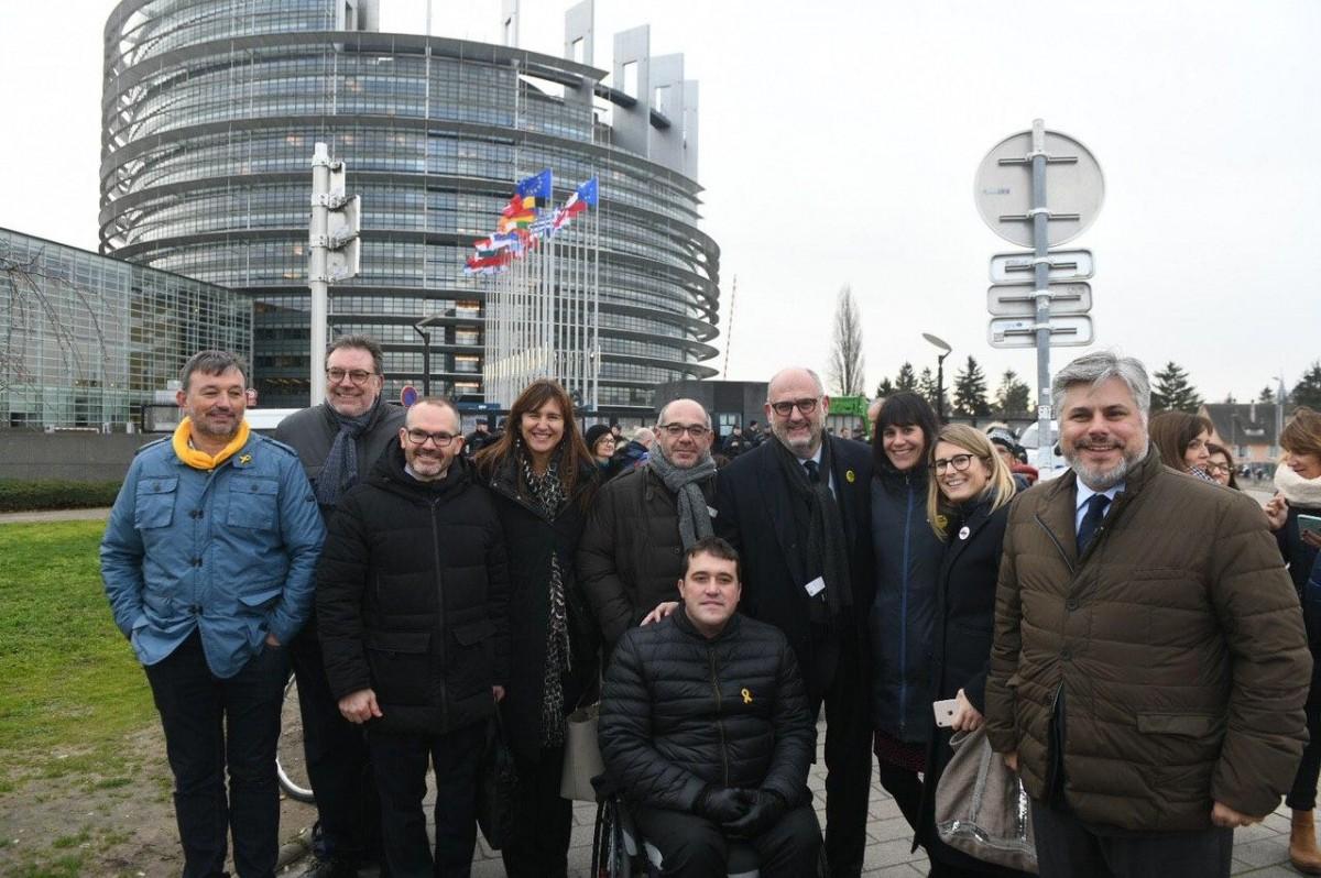 Una delegació del partit, entre els quals Lluís Guinó, a les portes del Parlament Europeu (arxiu).
