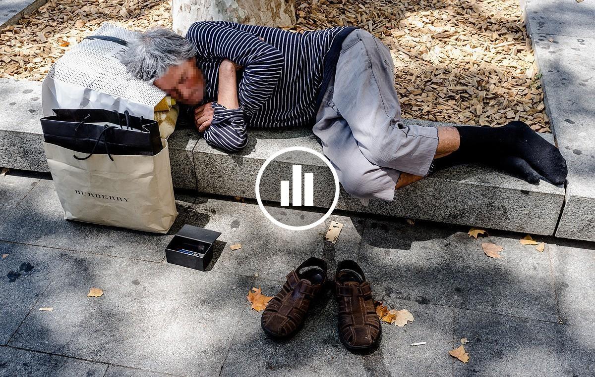 Un sense sostre dormint al centre de Barcelona.