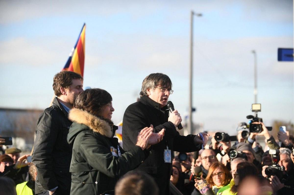 Carles Puigdemont es dirigeix als manifestants congregats a Estrasburg fa tot just un mes.