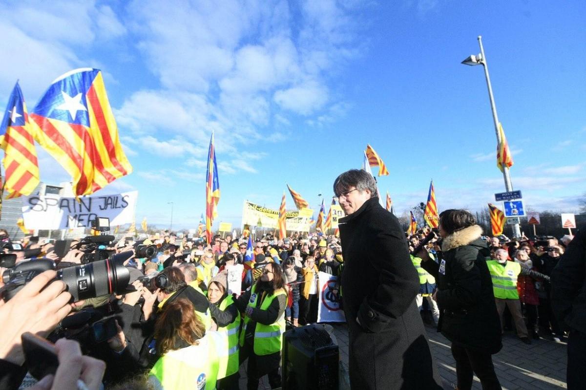 Carles Puigdemont es dirigeix als manifestants congregats a Estrasburg el 13 de gener.