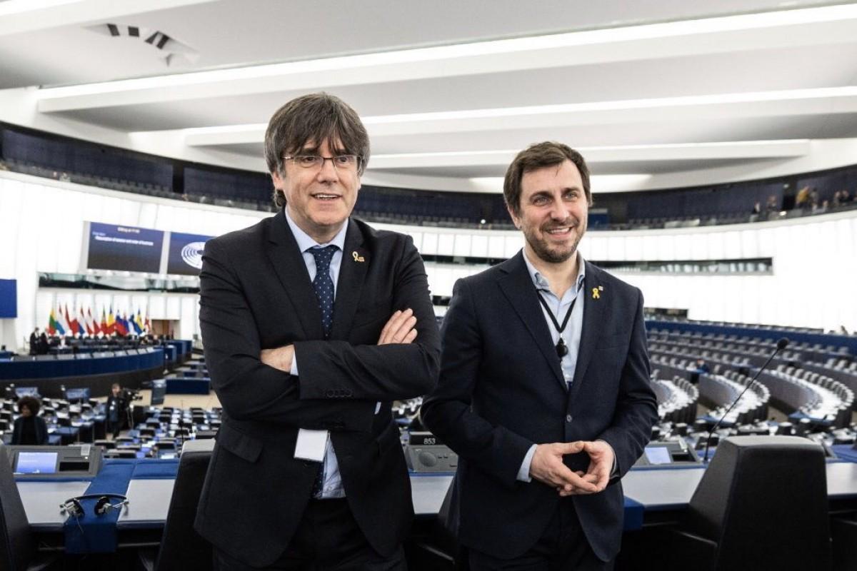 Carles Puigdemont i Toni Comín, dins l'hemicicle del Parlament Europeu a Estrasburg
