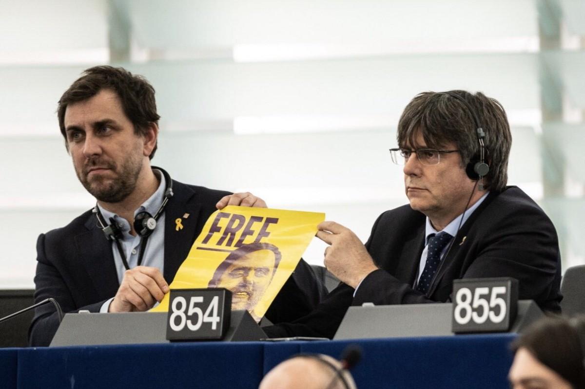 Carles Puigdemont i Toni Comín, a Estrasburg, amb un cartell amb el rostre de Junqueras