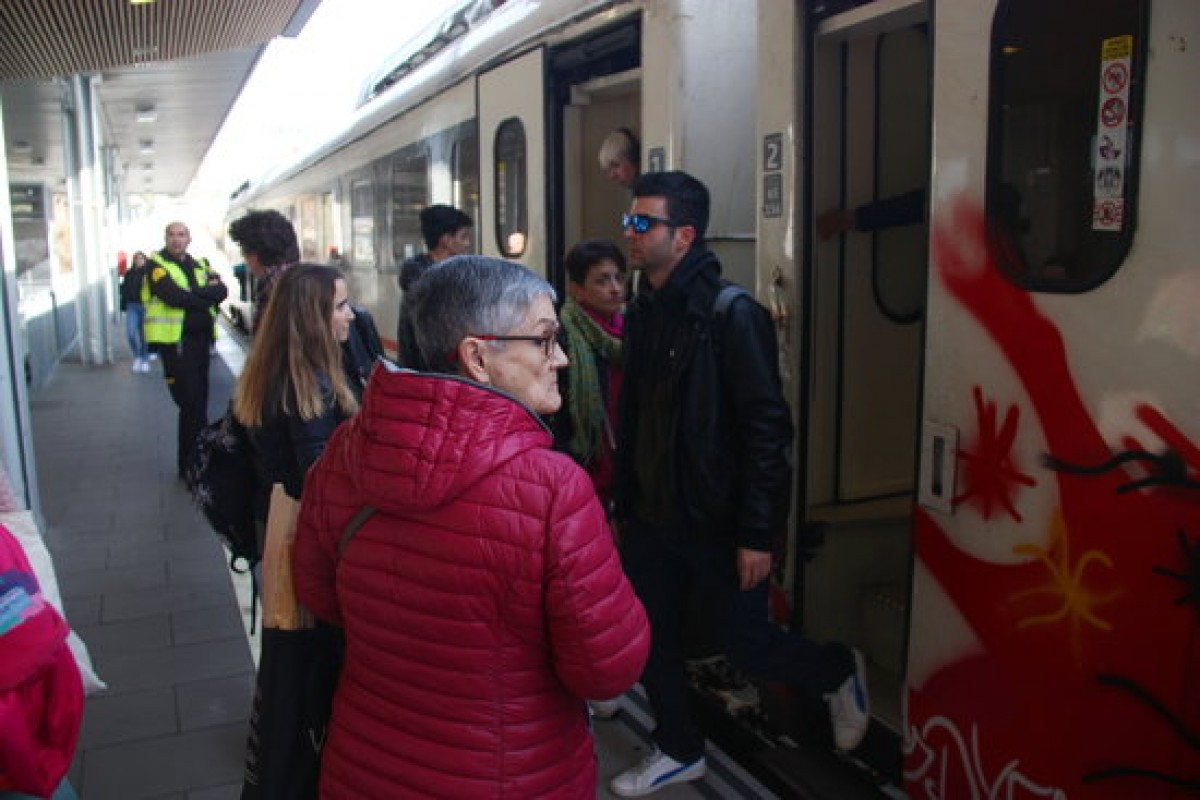 Passatgers a l'estació de Tarragona, el dia de la posada en marxa del nou tram del corredor