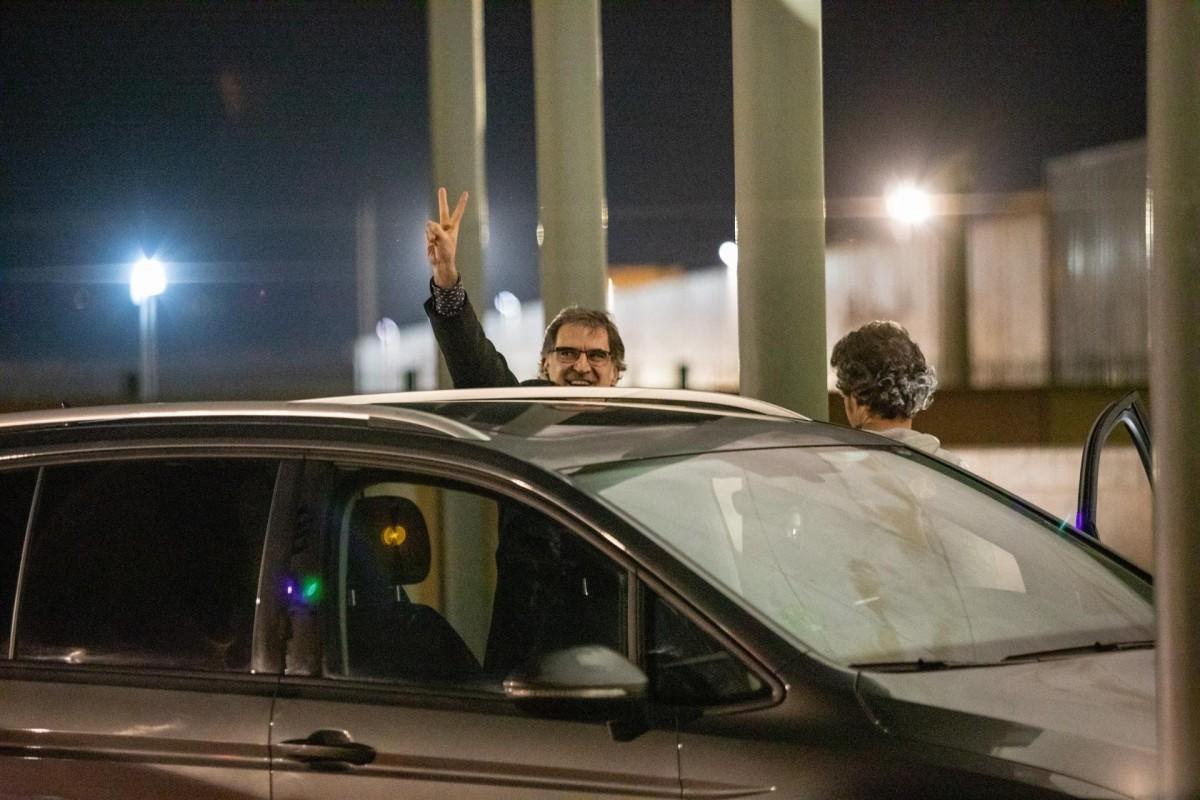 Cuixart fa el senyal de la victòria en sortir per primer cop de la presó